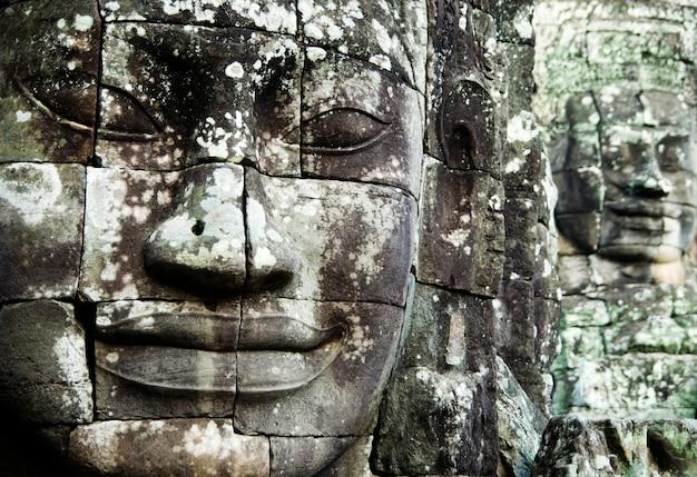 Buda enfrenta em angkor thom, siem reap, camboja Foto gratuita