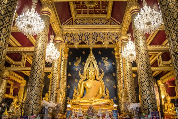 Buddha chinnarat phitsanulok / tailândia buddha shrine, uma das melhores estátuas da tailândia em wat phra sri rattana mahathat. província de phitsanulok Foto Premium