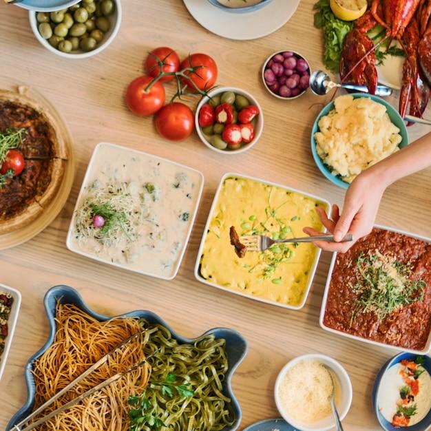 Bufete do partido dos amigos que aprecia o conceito do alimento Foto Premium