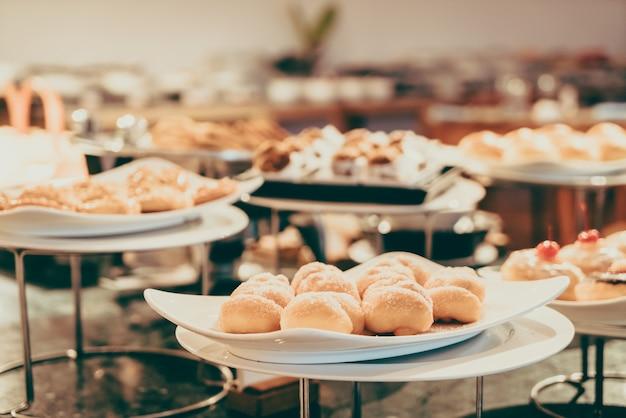 Buffet com muita comida Foto gratuita