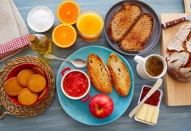 Buffet de café da manhã continental com café Foto Premium
