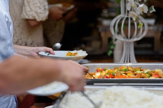 Buffet de comida, festa de comida no restaurante, mini canapés, aperitivos e aperitivos Foto Premium