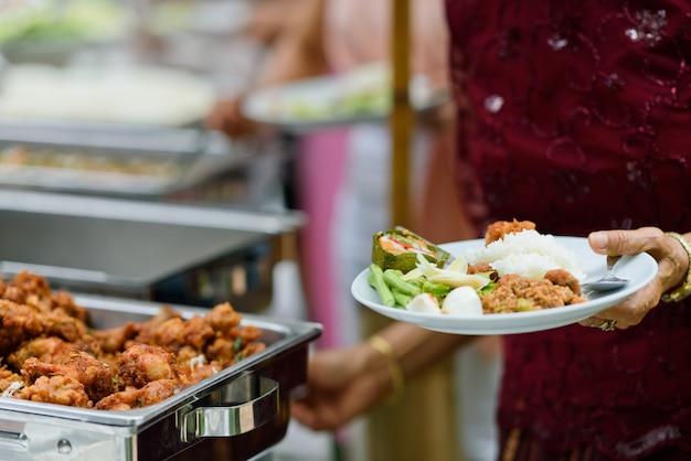 Buffet de comida, festa de comida no restaurante, mini canapés, lanches e aperitivos Foto Premium