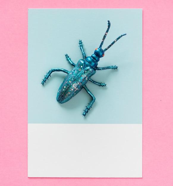 Bug em miniatura colorida em um papel Foto gratuita