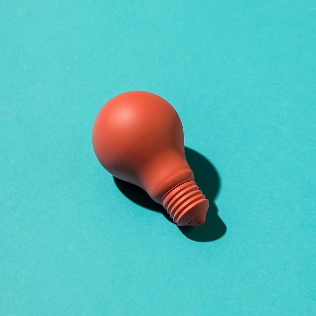 Bulbo rosa na superfície colorida Foto gratuita
