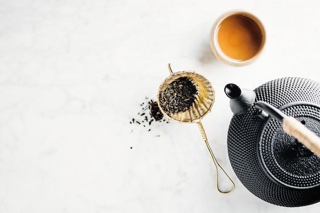 Bule com chá na brilhante Foto gratuita