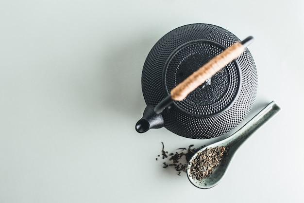 Bule com chá na mesa brilhante Foto gratuita