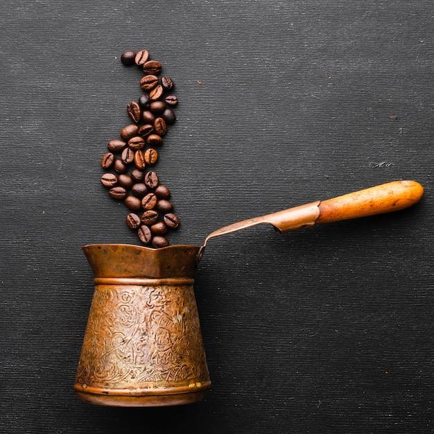 Bule de café vintage com feijão torrado Foto gratuita