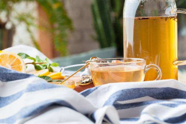 Bule de chá chinês limão gengibre mel na toalha de mesa leve Foto Premium