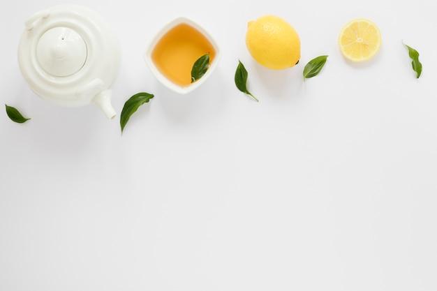 Bule de chá e copo com espaço para texto Foto gratuita