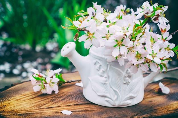 Buquê de amêndoas de floração em um vaso branco Foto Premium