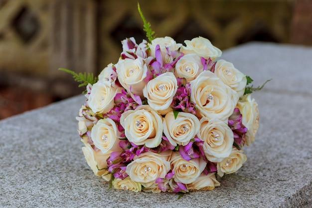 Buquê de casamento com rosa e rosas Foto Premium