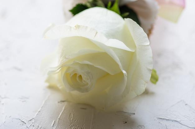 Buquê de casamento com rosas brancas e orquídeas Foto Premium