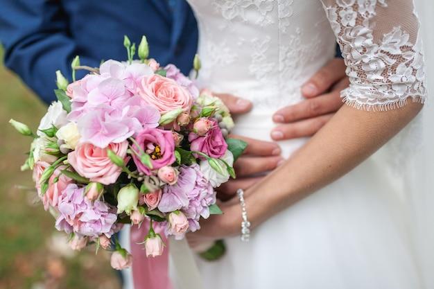 Buquê de casamento de flores, incluindo vermelho hypericum Foto Premium