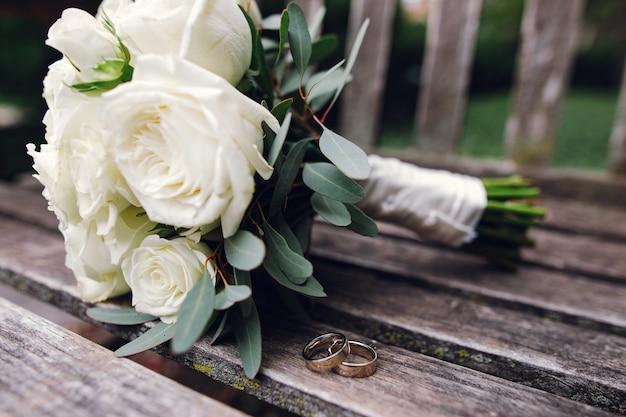 Buquê de casamento lindo de flores Foto gratuita