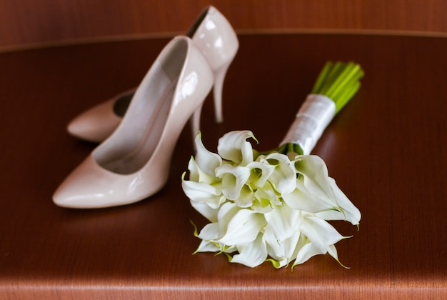 Buquê de casamento lindo de mentiras de lírios Foto Premium