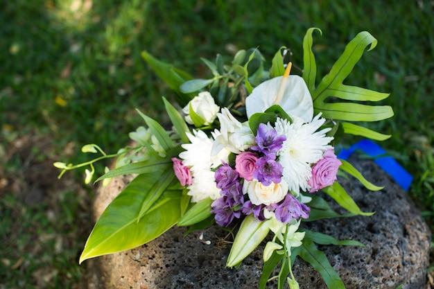Buquê de casamento lindo na pedra Foto Premium