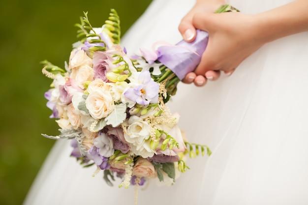 Buquê de casamento lindo nas mãos da noiva Foto Premium