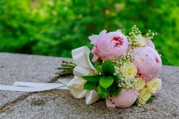 Buquê de casamento lindo sobre um fundo verde Foto Premium