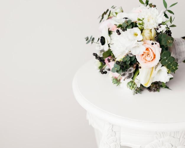 Buquê de casamento na mesa Foto gratuita