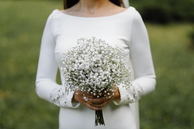 Buquê de casamento nas mãos da noiva Foto gratuita