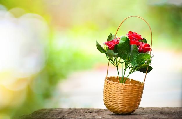 Buquê de cesta de flores em cesta de bambu com natureza de verão Foto Premium