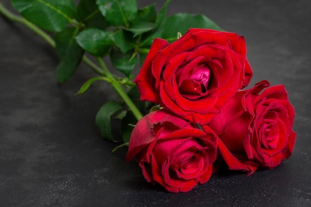 Buquê de close-up de lindas rosas vermelhas Foto gratuita