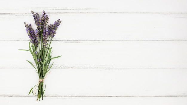 Buquê de flor de lavanda no pano de fundo branco de madeira Foto gratuita