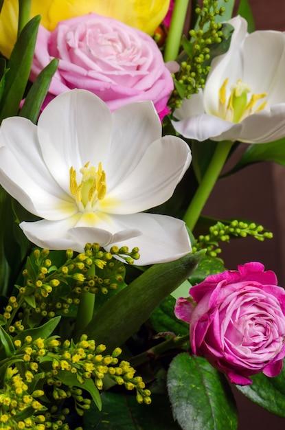 Buquê de flores brancas e rosa. Foto Premium