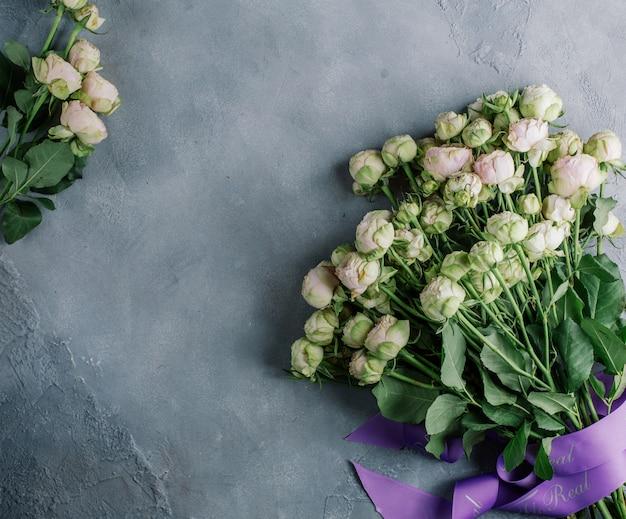 Buquê de flores brancas em cima da mesa Foto gratuita