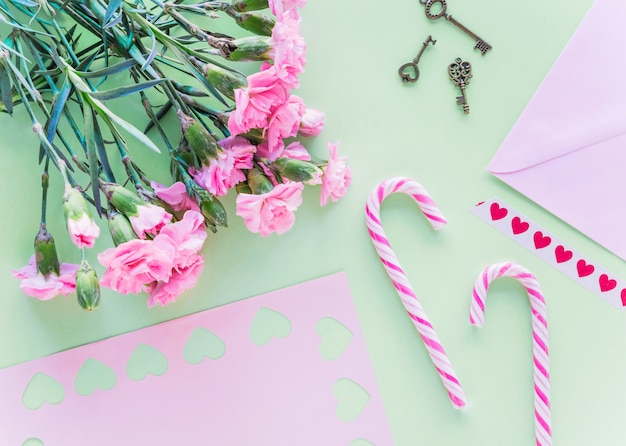 Buquê de flores com bastões de doces na mesa Foto gratuita