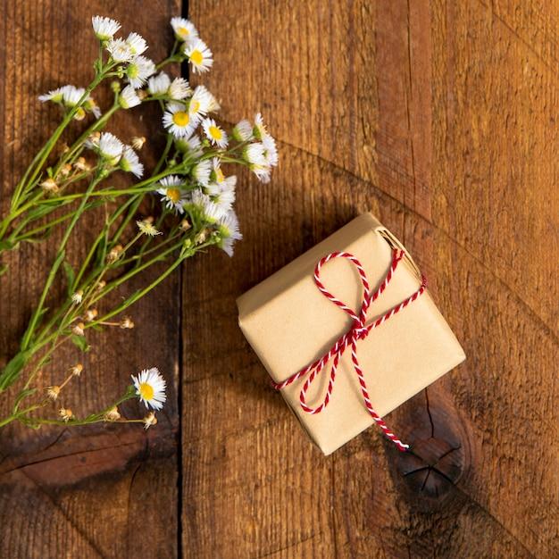 Buquê de flores com pequeno presente Foto gratuita