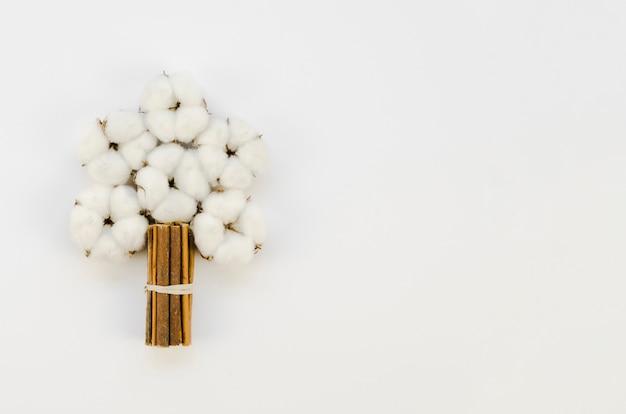 Buquê de flores de algodão vista superior com cópia-espaço Foto gratuita