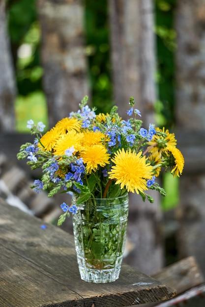 Buquê de flores de leão e veronica em um copo Foto Premium