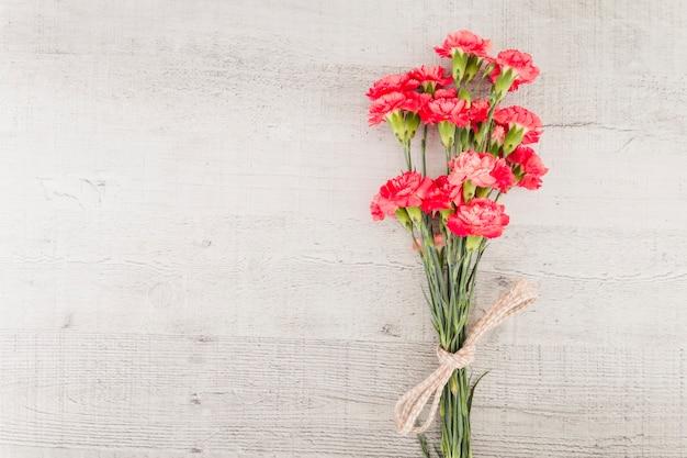 Buquê de flores de vista superior em fundo de madeira Foto gratuita