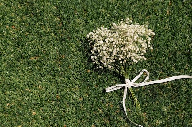 Buquê de flores de vista superior na grama Foto gratuita