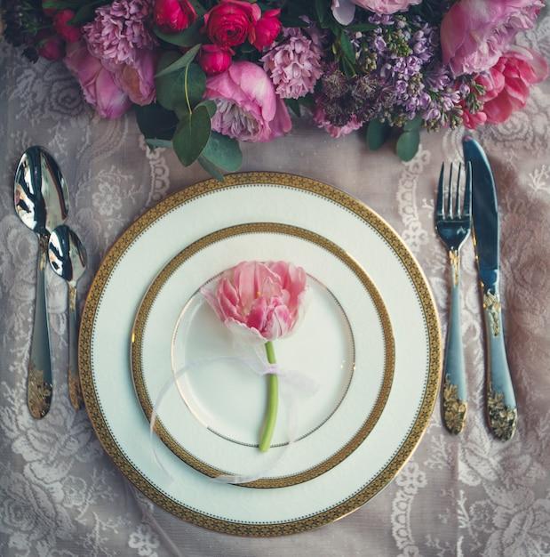 Buquê de flores e única tulipa rosa dentro de placas brancas. Foto gratuita