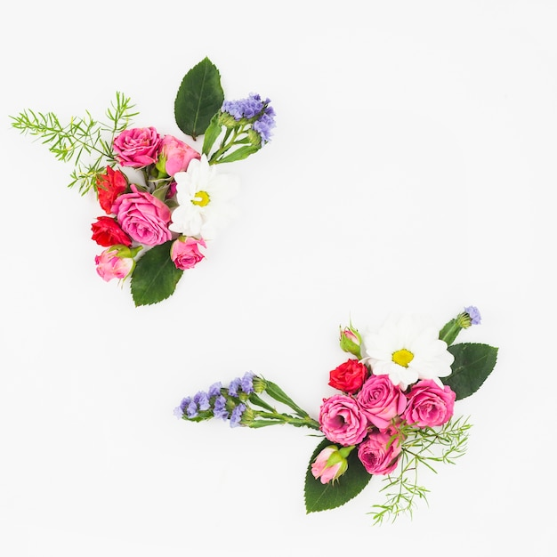 Buquê de flores na esquina do pano de fundo branco Foto gratuita