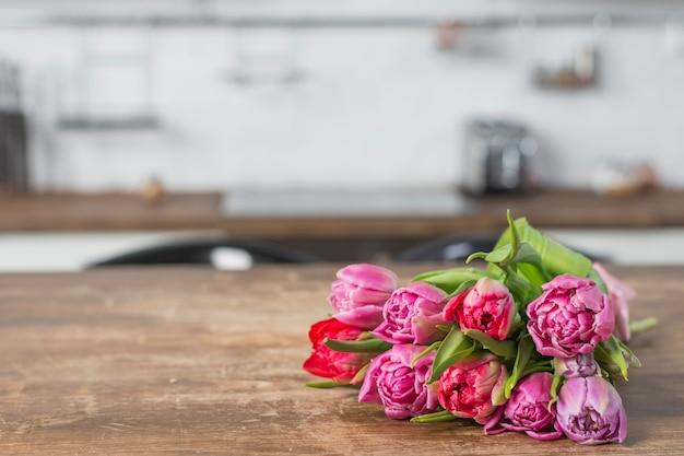 Buquê de flores na mesa na cozinha Foto gratuita