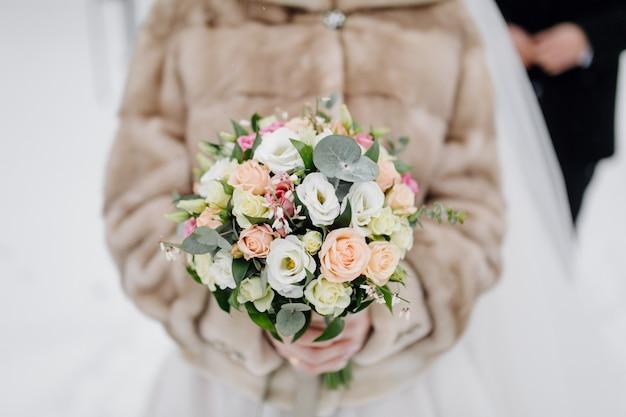 Buquê de flores nas mãos da noiva Foto gratuita