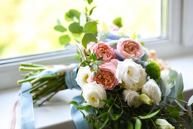 Buquê de flores no parapeito da janela Foto Premium