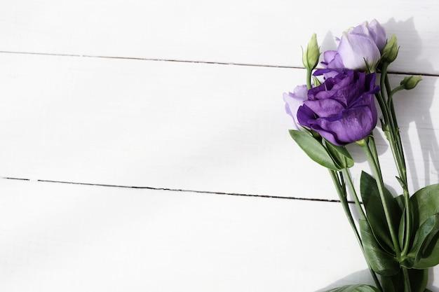 Buquê de flores sobre fundo de madeira Foto gratuita