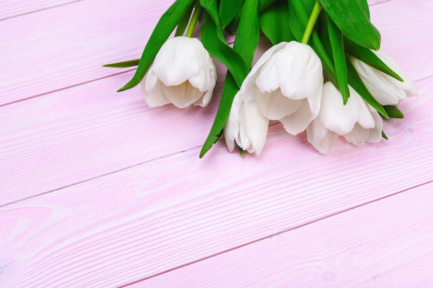 Buquê de flores tulipa em fundo rosa de madeira com espaço de cópia Foto Premium
