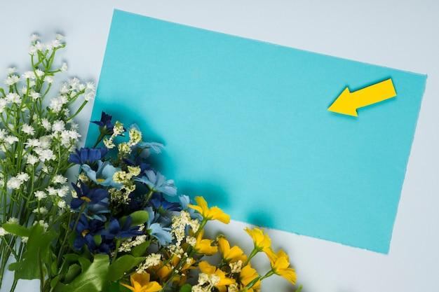 Buquê de flores vista superior com cartão Foto gratuita