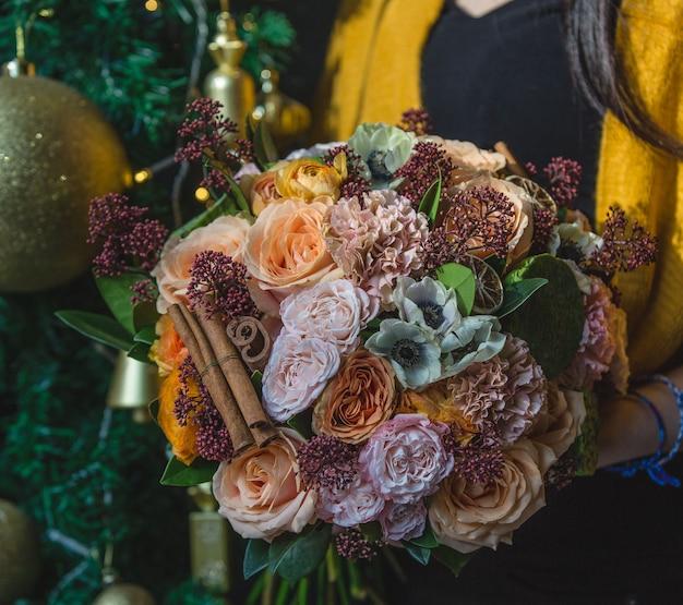 Buquê de inverno outono com flores quentes e paus de canela Foto gratuita