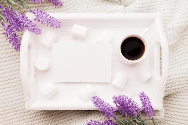 Buquê de lavanda e café na cama Foto gratuita
