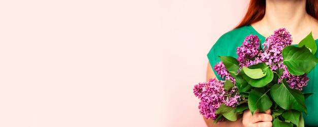 Buquê de lilases na mão. primavera lilás. flor lilás Foto Premium