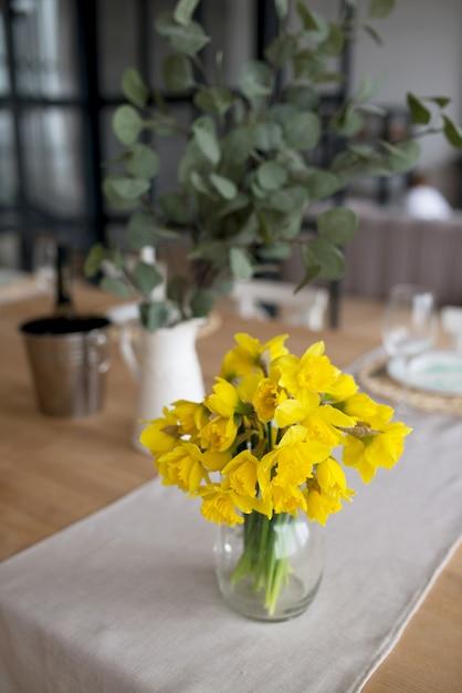 Buquê de narcisos amarelos frescos em uma tabela Foto Premium