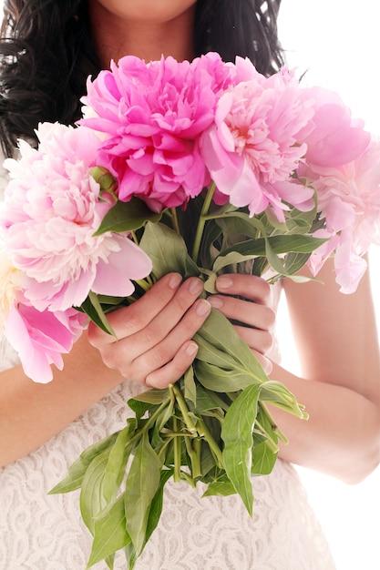 Buquê de peônias nas mãos da mulher Foto gratuita