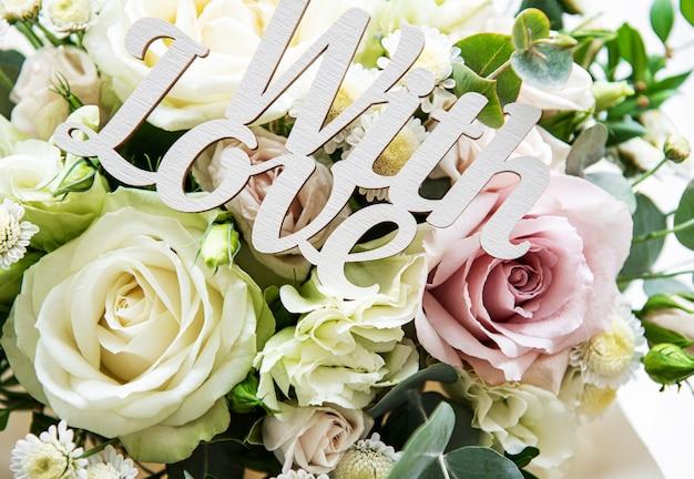 Buquê de rosas frescas de rosa e brancas Foto Premium